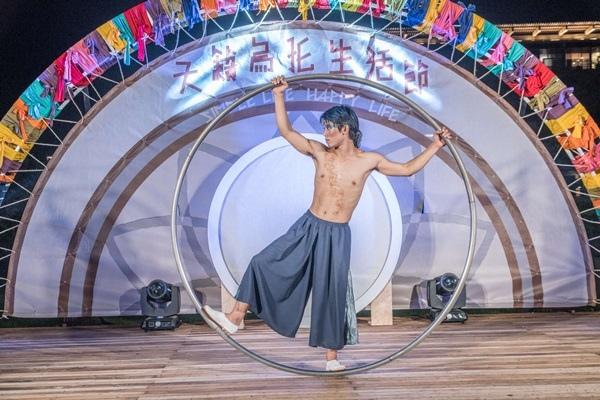 天籟今年打造烏托魔幻舞台,邀請藝文團體帶賴精彩豐富的表演,讓旅客夜晚也不無聊.jpg