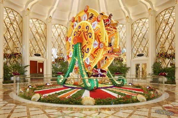 29_Wynn Palace_Ferris Wheel Floral Sculpture by Preston Bailey_Roger Davies.jpg