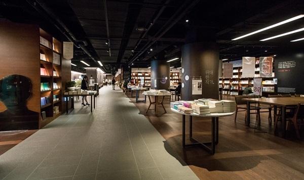 Hilton 1bookstore07.JPG