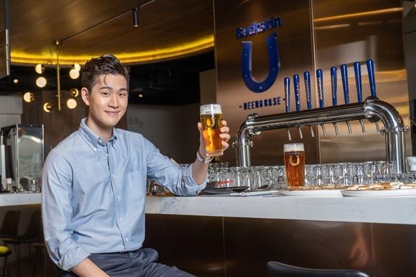 柏克金啤酒代言人周興哲出席記者會,開心暢飲最新鮮好喝的Buckskin Beer!.jpg