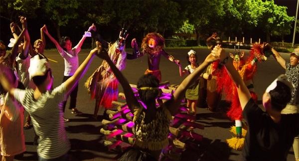 六福莊非洲面具營火節,住客配戴面具和非洲舞者一起參與團康營火晚會(圖:六福旅遊集.jpg