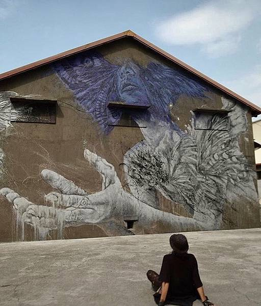 臺灣年輕壁畫藝術家紀人豪的作品《供給與需求》,將田間農人穿過金色稻浪手,以及飄盪在縱谷間的山嵐,自在穿梭的白鷺鷥,都轉化成這次舊穀倉創作的靈感。(紀人豪提供).jpg