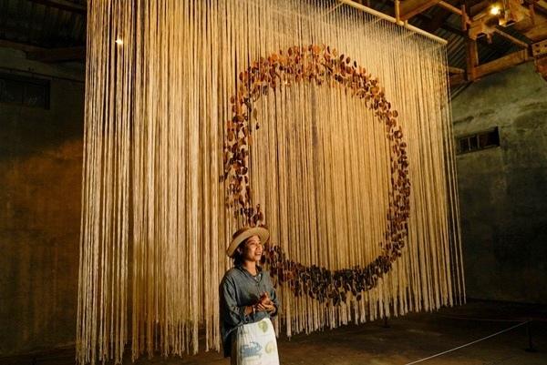加拿大游牧藝術家葉海地(Heidi Yip)的創作《 溯土Revert to Earth 》 用阿美族傳統製陶方法,將七百片的陶片,以苧麻線懸掛在舊穀倉內,形成一幅立體雕塑作品。.jpg