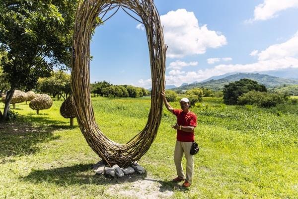 《我要有個家》是噶瑪蘭族與阿美族藝術家陳正瑞的創作,以竹編技法,從主體的視覺,看到後面連綿不絕的小鳥窩,有著看似被包圍的安全與歸屬感,安置在賞鳥屋旁的草地,讓大坡池的鳥類有棲息之地,使作品跟遊客有更多互動。.jpg