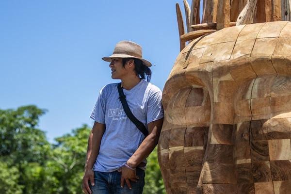 阿美族藝術家拉飛.邵馬(Lafin Sawmah)的作品以「火」為主題,創作出火之意象的巨大木頭雕塑,呼應生命的起源。人們仰賴著「火」生活,也向「火」學習智慧。.jpg