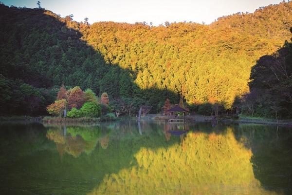 圖說:明池秋季湖上景色-CMYK.jpg
