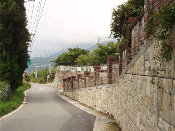 國小圍牆邊.JPG