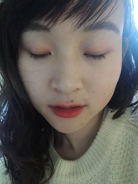 右邊草莓,左邊橘色眼影.JPG