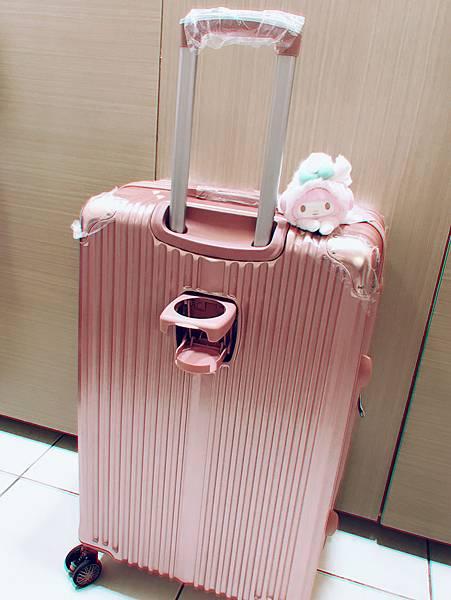 行李箱還有飲料杯架設計