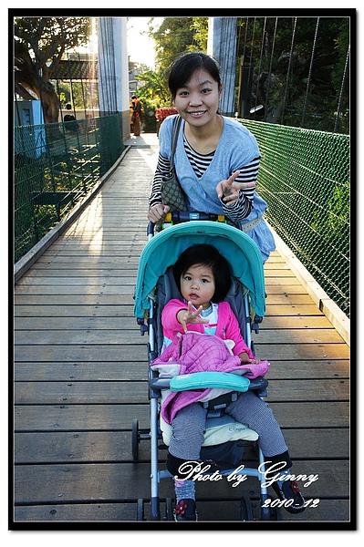 明德水庫吊橋上的母女.jpg