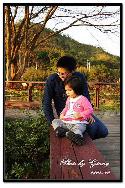 明德水庫日新島上的父女.jpg