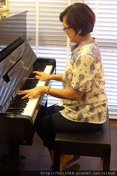 大妹 / 郁茹竟然會彈琴〈訝異!〉