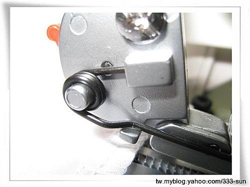 桌上型拷克機壓腳的正確裝法.......