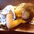 玩太累了 吃飯還在睡