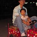 跟爸比去夜市玩車子 還是害怕