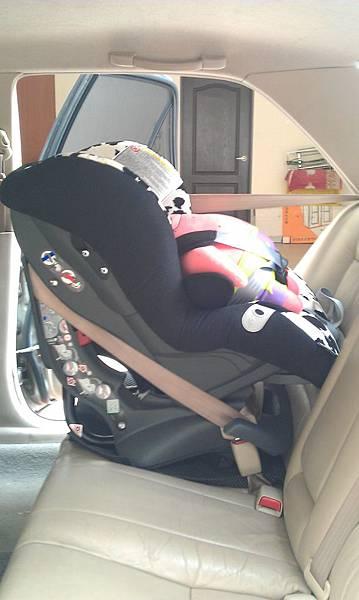 安全座椅向後綁法-左側照