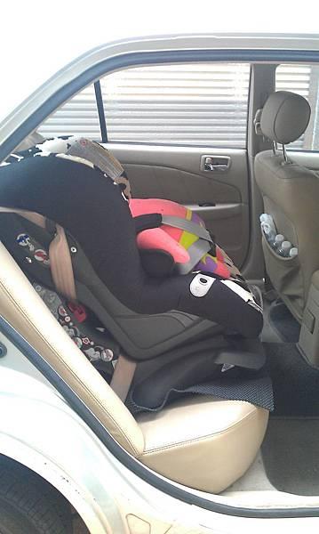 安全座椅向前綁法-左側照