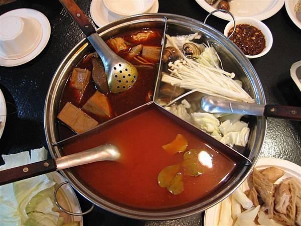 賓士鍋=大骨鍋+麻辣鍋+蕃茄鍋