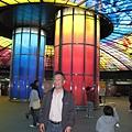 跟美麗島站的光之穹頂拍照的老爸
