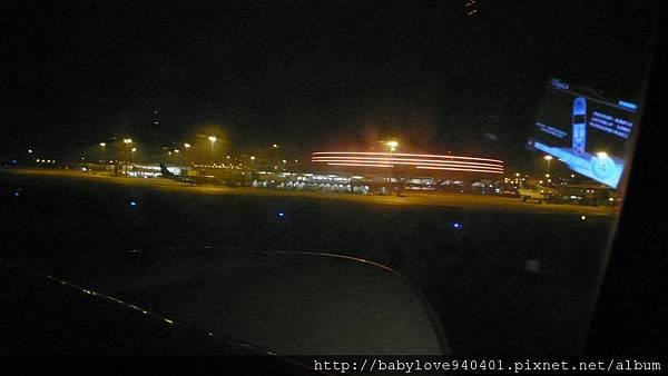 遠在天邊,近在眼前的戴高樂機場!!雖然天色是暗的,但其實已經早上七點多了!