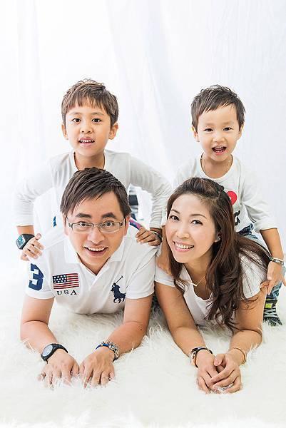 親子照-4人小家庭-趴在地上合照-全家福親子裝