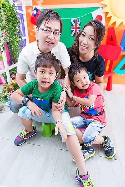 全家福寫真-4人小家庭-抱在一起-全家福親子裝