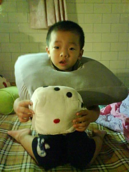 他把頭套進我弟做的坐墊