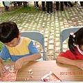 小孩玩拼圖