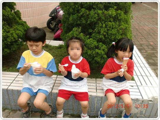 小孩吃冰淇淋