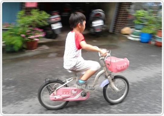 小孩騎單車