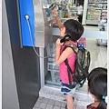 小孩打公共電話