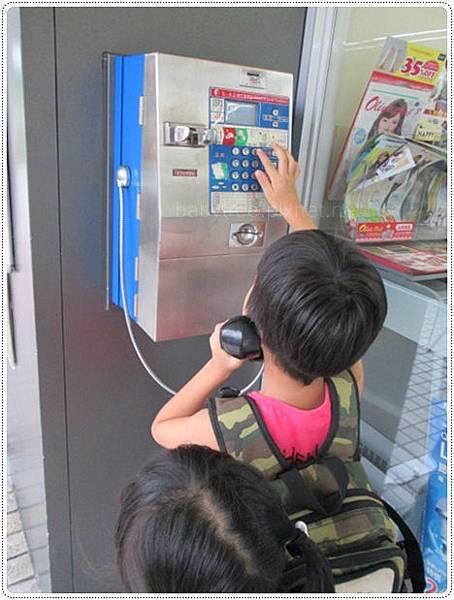 兒童打公共電話