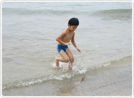 小孩墾丁玩水