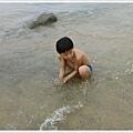 小孩墾丁海邊玩水