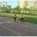 小孩騎腳踏車