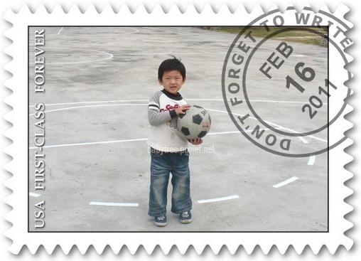 小孩玩足球.jpg