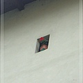 窗洞裡小花.jpg