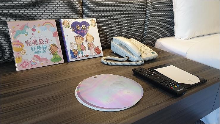 所贈之童書,特別備註,左邊的貼紙限量贈送提供給鳥哥抽獎贈送十名.jpg