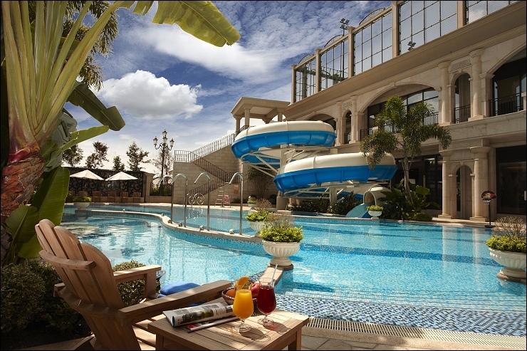 outdoor swimming pool戶外泳池.jpg