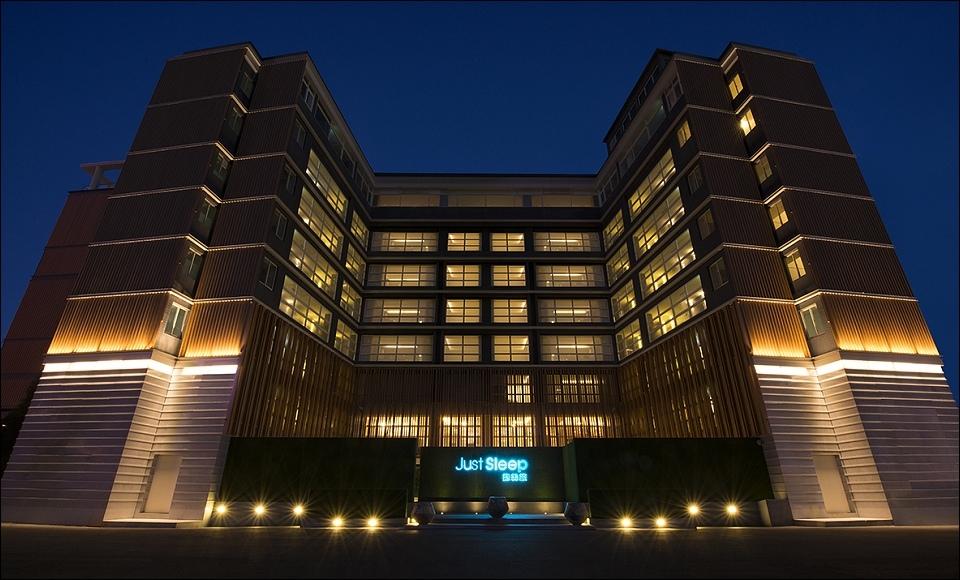 12.飯店外觀夜景.jpg