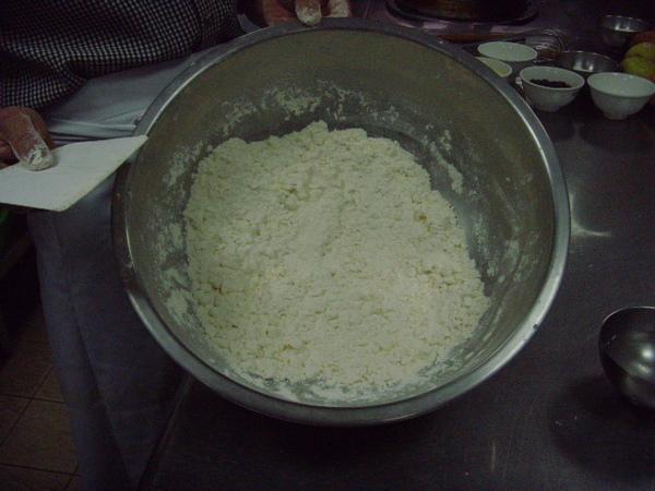 A2.拌切成團千萬不可搓揉、放冰箱冷藏20分.JPG