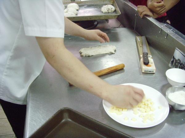 A1.麵團打出筋、再加奶油、可拉出15公分長在加入堅果類、拌打均勻2分鐘、基本發酵30分.JPG