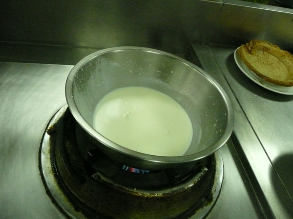 A-2剩下的奶水與糖煮滾.JPG