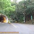 07:10 左方隧道口通往陽明醫學院的軍艦岩親山步道登山口,不取~