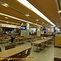美食區內有些店家尚未營業~ 早餐有中式,素食和速食可供選擇~