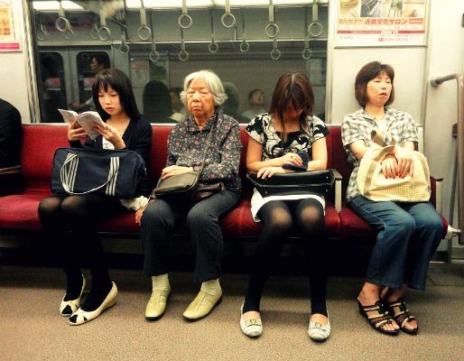 現實中的日本婆婆和卡通裡的長得一模一樣...
