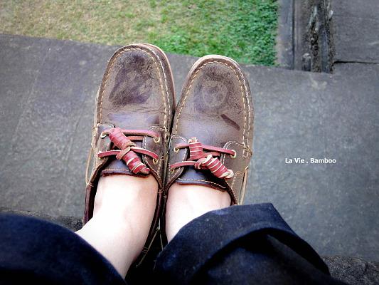 風沙太大...鞋子變好髒 Q_Q...弟弟在我的鞋子上面畫畫~
