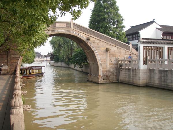 運河上的單孔石橋