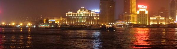 黃浦江上的拖板船