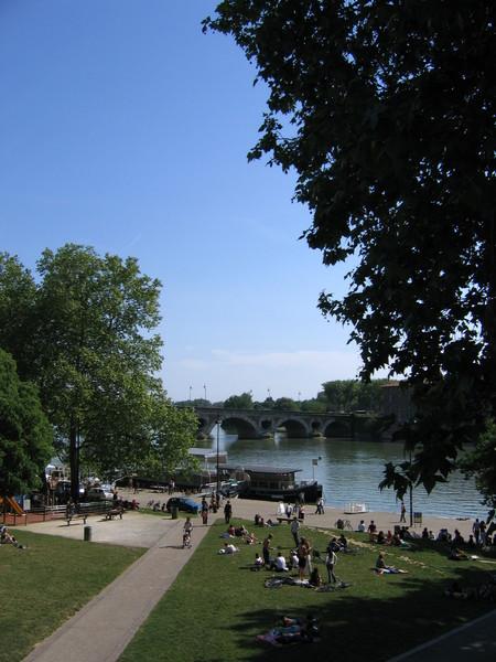 河畔休憩的人群
